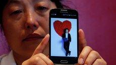 Родственница пассажира пропавшего рейса MH370 Malaysia Airlines во время интервью в Пекине