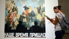 Посетитель у картины Наше время пришло на выставке Эрик Булатов. ЖИВУ – ВИЖУ