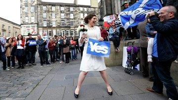 Невеста участвует в акции в поддержку независимости Шотландии