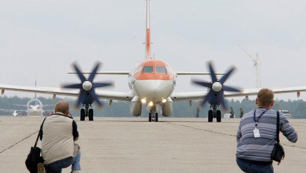 Фотокорреспонденты снимают тренировочный полет пассажирского самолета Ил-114