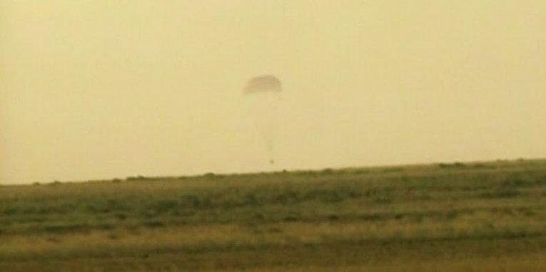 Спускаемый аппарат корабля Союз ТМА-14М в нескольких метрах от земли