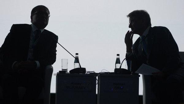 Президент, председатель правления Сбербанка России Герман Греф и министр экономического развития РФ Алексей Улюкаев. Архивное фото