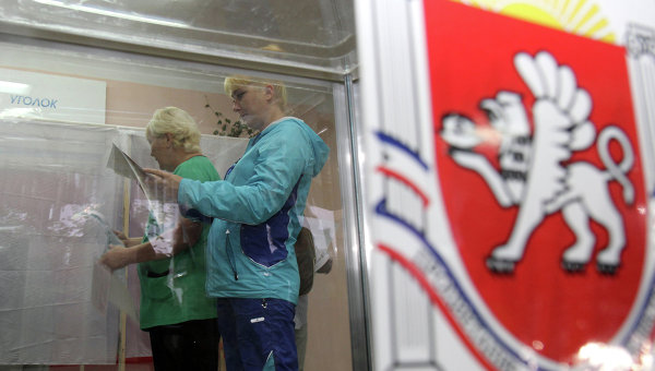 Жители Симферополя голосуют на выборах на избирательном участке в здании школы №10.