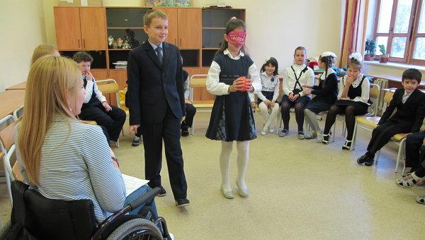 Школьники на занятии по пониманию инвалидности