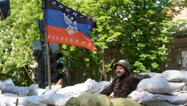 Активист сил самообороны сторонников федерализации Украины на баррикаде под флагом ДНР, Архивное фото