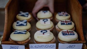 Испеченные к референдуму кексы За, Неопределился и Против в одном из кафе Эдинбурга.