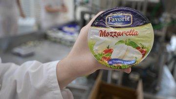 Производство сыра моцарелла на Фабрике Фаворит в Новосибирской области. Архивное фото