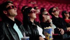 Зрители в кинотеатре Люксор в Москве