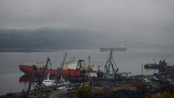 Вид на порт в Мурманске. Архивное фото