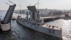 Корабль-музей Аврора во время буксировки в доковый ремонт