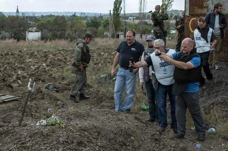 Наблюдатели ОБСЕ у братской могилы в селе Нижняя Крынка