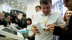 Посетители московского магазина Связной во время старта продаж новых смартфонов Apple iPhone 6 и iPhone 6 plus. Архивное фото