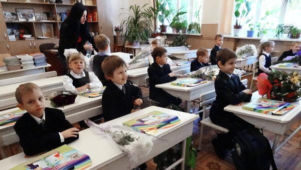 Первоклассники на занятиях в День знаний. Архивное фото