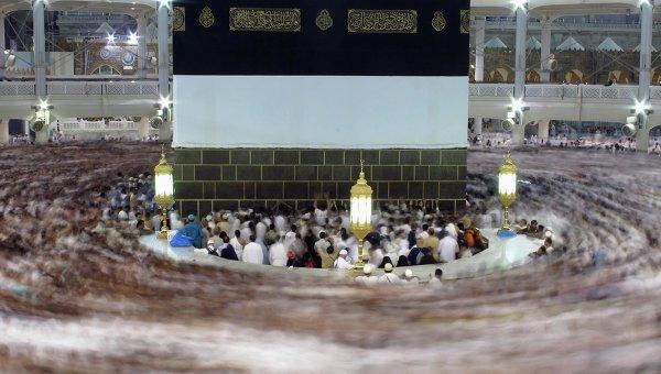 Мусульманские паломники молятся во внутреннем дворе мечети Масджид аль-Харам в Мекке, Саудовская Аравия