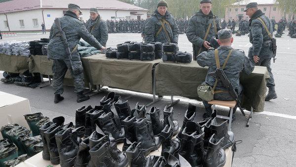 Украинские солдаты получают зимнюю униформу