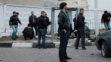 Сотрудники правоохранительных органов работают на месте взрыва в Грозном