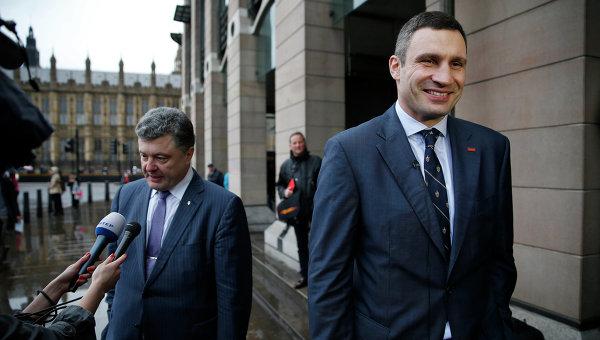 Виталий Кличко и Петр Порошенко на встрече с британскими журналистами. Архивное фото