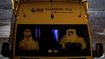 Машина скорой помощи перевозит зараженного Эболой пациента в Мадриде
