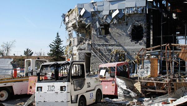 Разрушенное здание в аэропорту города Донецка. Архивное фото