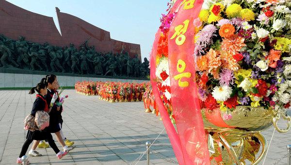 Жители КНДР в Кымсусанском мемориальном дворце Солнца, где покоится прах Ким Ир Сена и Ким Чен Ира, в честь 69-й годовщины создания Трудовой партии страны. 10 октября 2014
