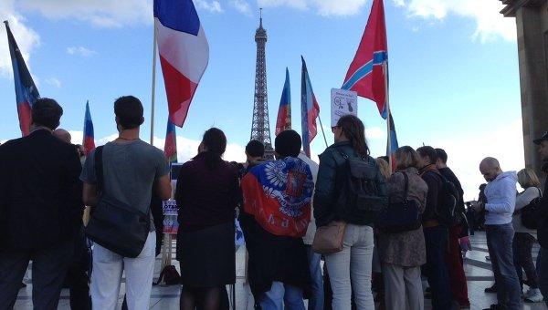 Манифестация в поддержку Новороссии проходит в Париже