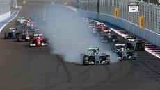 Болиды в гонке на российском этапе чемпионата мира по кольцевым автогонкам в классе Формула-1