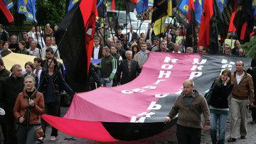 Сторонники Украинской повстанческой армии (ОУН-УПА) во время марша в день Праздника Героев во Львове, архивное фото