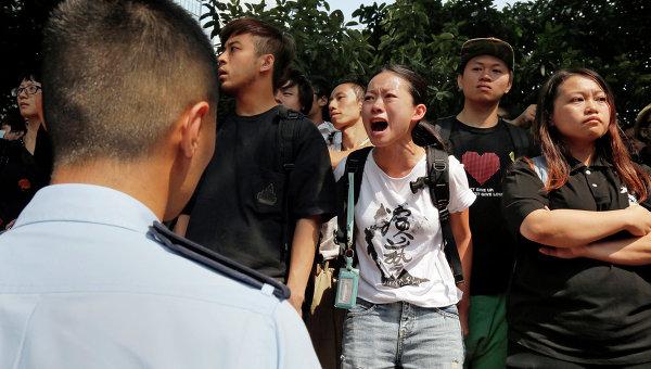Протестующие во время уборки баррикад с улиц Гонконга. Архивное фото