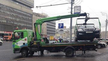 Работа эвакуатора в Москве. Архивное фото