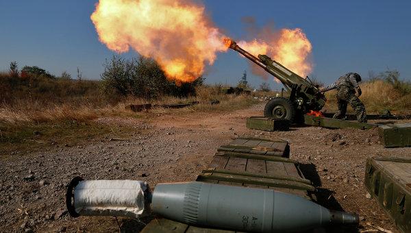 Ополченцы ведут огонь вблизи аэропорта Донецка. Архивное фото