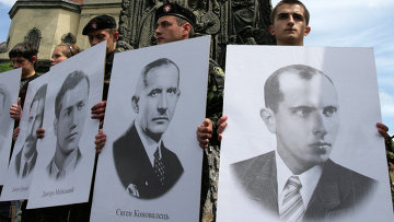 Молодежь с портретами видных деятелей УПА у памятника Степану Бандере в центре Львова