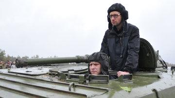 Премьер-министр Украины Арсений Яценюк на Яворовском полигоне во Львовской области. Архивное фото