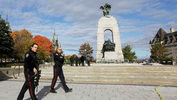 Полицейский патруль возле военного мемориала в Оттаве 22 октября 2014