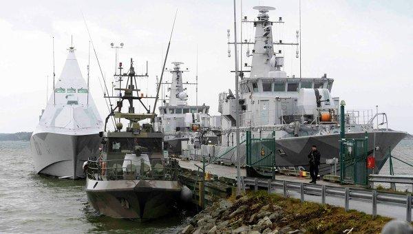 Шведские военные корабли, участвующие в поисках иностранной подводной лодки, на причале в пригороде Стокгольма