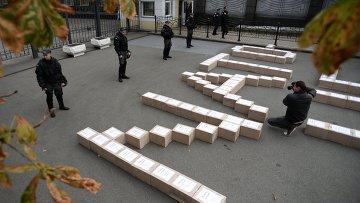 Коробки с подписями украинцев в поддержку проведения референдума о вступлении Украины в НАТО.Архивное фото.