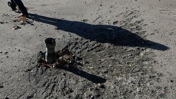 Осколки снаряда на улице в Донецке