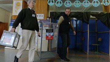 Члены участковой избирательной комиссии в школе № 1 города Донецка