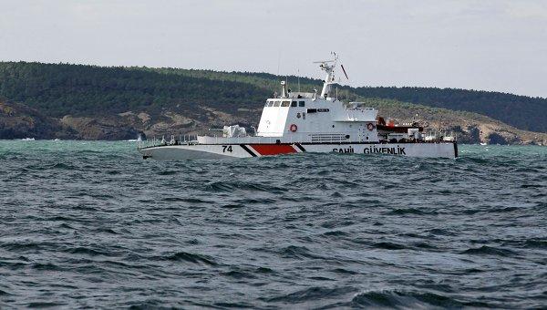 Судно, осуществляющее поисково-спасательную операцию у берегов Стамбула после крушения судна с нелегальными мигрантами