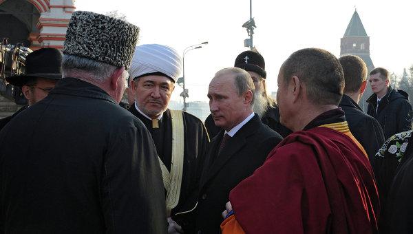 4 ноября 2014. Владимир Путин общается с главами традиционных религиозных конфессий на Красной площади
