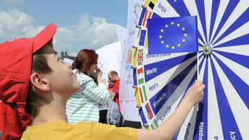 Мальчик с флагом Евросоюза. Архивное фото