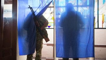 Ополченцы голосуют на выборах главы ДНР и депутатов Народного Совета республики. Архивное фото