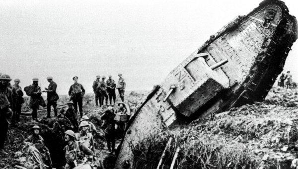 Поврежденный британский танк. Первая мировая война