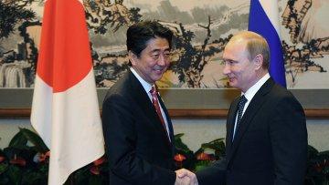 Президент РФ Владимир Путин (справа) и премьер-министр Японии Синдзо Абэ. Архивное фото