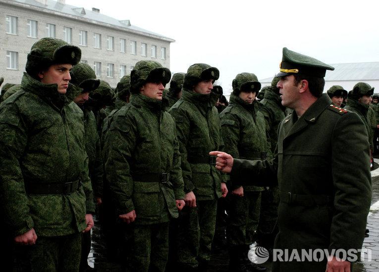 Офицер военного коммисариата Чеченской Республики дает наставления новобранцам