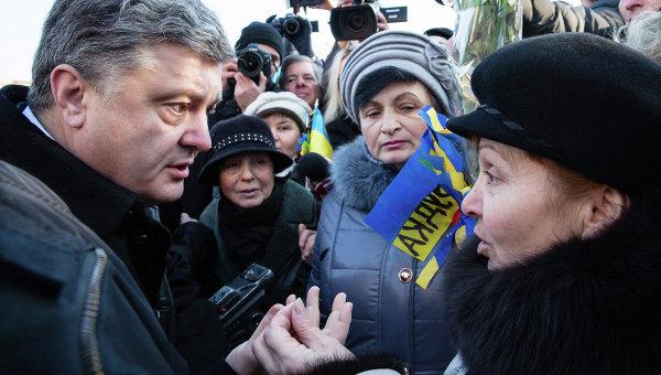 Президент Украины Петр Порошенко общается с киевлянами после возложения цветов к кресту Небесной сотни