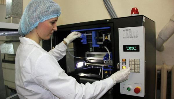 Волокитина Татьяна, аспирант ТПУ возле установки для получения нановолокна NANON-01A