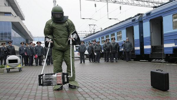 Учения по обнаружению и обезвреживанию взрывных устройств на железнодорожных вокзалах. Архивное фото
