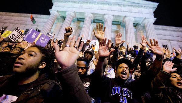 Протестующие возле Нешнел Портрейт Галлери в Вашингтоне, США. Архивное фото