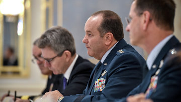 Командующий вооруженных сил США в Европе генерал Филипп Бридлав на встрече с президентом Украины Петром Порошенко в Киеве. Архивное фото