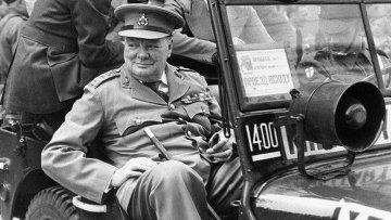 Уинстон Черчилль во время визита в разрушенный Берлин, июль 1945